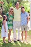Familie in ihrem Hinterhof zu Hause Stockbild