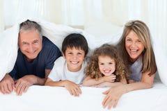 Familie in ihrem Schlafzimmer zu Hause stockbild