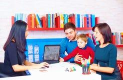 Familie im Büro am Fachmann lizenzfreies stockfoto