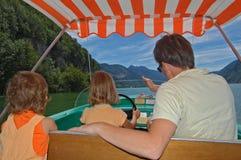 Familie im Boot stockfotografie