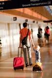 Familie im Flughafen Lizenzfreies Stockbild