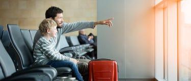 Familie im Flughafen lizenzfreie stockfotos