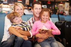 Familie im Flughafen-Abfahrt-Aufenthaltsraum, der wartet, um im Urlaub zu gehen stockbild