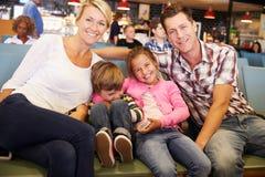 Familie im Flughafen-Abfahrt-Aufenthaltsraum, der wartet, um im Urlaub zu gehen lizenzfreie stockfotos
