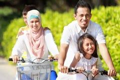 Familie im Freien mit Fahrrädern Stockfotos