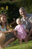 Familie im Garten lizenzfreie stockbilder