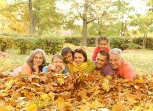 Familie im Herbstpark Stockfoto