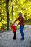 Familie im Herbstpark Stockfotografie