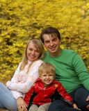 Familie im Herbstwald lizenzfreie stockbilder