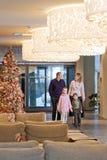 Familie im Hotel lizenzfreie stockfotografie