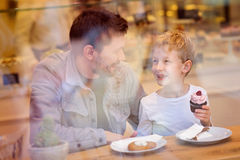 Familie im Kaffee Stockfoto