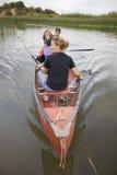 Familie im Kanu geradeaus Lizenzfreies Stockfoto