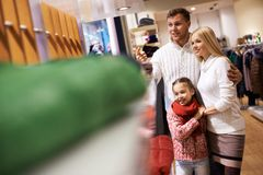 Familie im Mall Stockfotografie