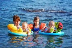 Familie im Meer lizenzfreie stockfotografie