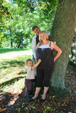 Familie im Park stockbilder