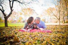 Familie im Park Lizenzfreie Stockfotos