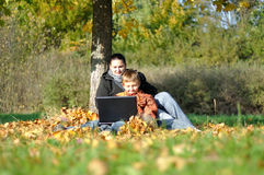 Familie im Park auf Herbst Lizenzfreies Stockbild