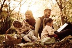 Familie im Park Bildung in der Natur Lizenzfreies Stockfoto