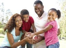 Familie im Park mit amerikanischem Fußball Stockfotos
