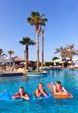 Familie im Pool Lizenzfreie Stockbilder