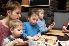 Familie im Restaurant Stockfotos