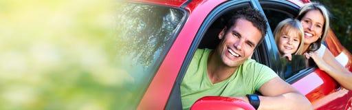 Familie im roten Auto stockfoto
