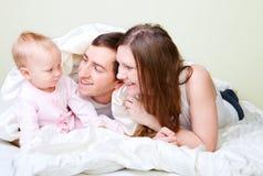 Familie im Schlafzimmer Stockbilder