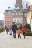 Familie im Schloss lizenzfreie stockbilder