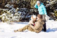 Familie im Schnee Stockfoto