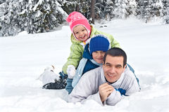 Familie im Schnee Lizenzfreies Stockfoto