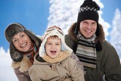 Familie im Schnee am Winter Stockfotografie