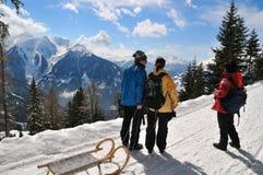 Familie im schneebedeckten Land des Winters Stockbild
