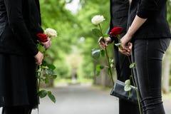 Familie im Schutz der Ehre am Begräbnis Stockfoto