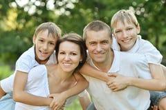Familie im Sommerpark Stockfotos