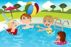 Familie im Swimmingpool Stockfotografie