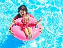 Familie im Swimmingpool. Stockfotografie