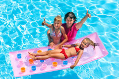 Familie im Swimmingpool Stockfotografie