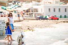 Familie im Urlaub auf Mykonos-Insel, Griechenland stockbild