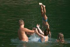 Familie im Wasser stockbild