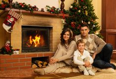 Familie im Weihnachten verzierte Haus Lizenzfreie Stockbilder