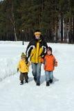 Familie im Winterwald Stockbild
