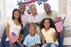 Familie im Wohnzimmer auf Viertel von Juli Stockbilder