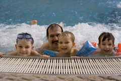 Familie in Jacuzzi stock foto's