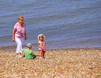 Familie am Küstenstrand Stockbild