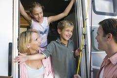 Familie in kampeerautobestelwagen royalty-vrije stock afbeeldingen