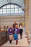 Familie kauft in einem Speicher lizenzfreies stockfoto