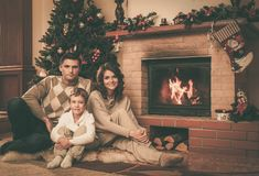 Familie in Kerstmis verfraaid huis Stock Foto