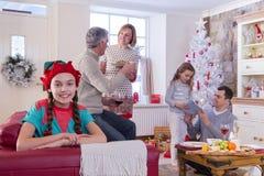 Familie in Kerstmistijd Stock Foto