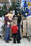 Familie in Kerstmiswinkel Stock Fotografie