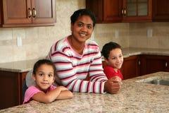 Familie in Keuken Royalty-vrije Stock Foto's